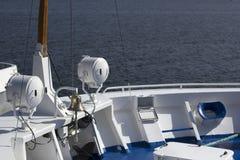 Iate luxuoso no porto Elementos da constru??o do iate com o mar no fundo foto de stock royalty free