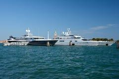 Iate luxuosos amarrados em Veneza, Itália Fotos de Stock Royalty Free