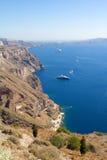 Iate luxuosos e navios de cruzeiros na baía de Santorini Imagens de Stock Royalty Free