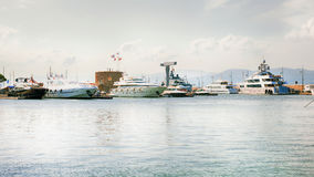 Iate luxuosos em Saint-Tropez Foto de Stock Royalty Free