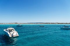 Iate luxuosos na praia de turquesa de Formentera Illetes Foto de Stock Royalty Free