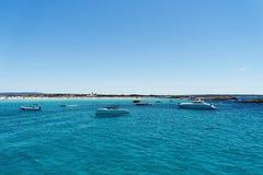 Iate luxuosos na praia de turquesa de Formentera Illetes Fotografia de Stock Royalty Free