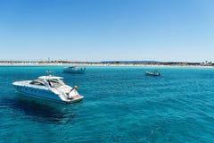 Iate luxuosos na praia de turquesa de Formentera Illetes Imagens de Stock Royalty Free