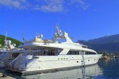 Iate luxuosos no porto Fotos de Stock Royalty Free