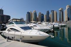Iate luxuosos no porto de Dubai imagens de stock