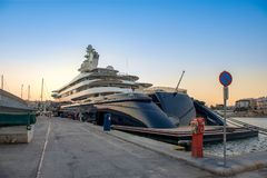 Iate mega luxuoso grande e grande gigantesco no porto de Zeas, Gree foto de stock