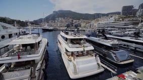 Iate na cidade ensolarada Monte de Mônaco a cidade Monte de Carlo - a rua de Carlo vídeos de arquivo