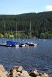 Iate na costa do lago Imagens de Stock