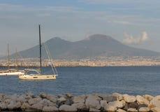 Iate na doca contra o vulcão do Vesúvio Barcos no porto em Nápoles Napoli, Itália Conceito da navigação e do curso Marco napolita fotografia de stock royalty free