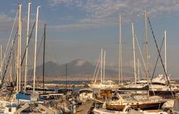 Iate na doca contra o vulcão do Vesúvio Barcos no porto em Nápoles Napoli, Itália Conceito da navigação e do curso Marco napolita imagem de stock royalty free