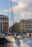 Iate na doca do mar Mediterrâneo Barcos no porto em Nápoles Napoli, Itália Conceito da navigação e do curso Marco napolitana fotografia de stock royalty free