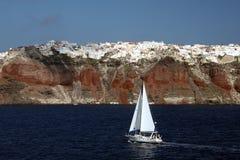 Iate na frente de Santorini Foto de Stock