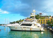 Iate na ilha dos ísquios do terme do casamicciola de Porto Mar Mediterrâneo, Itália Foto de Stock