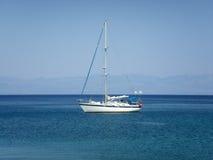Iate na luz - Mar Egeu azul Imagens de Stock