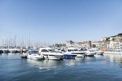 Iate no porto de Cannes, França imagem de stock