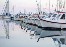 Iate no porto no fundo branco do céu Fotos de Stock Royalty Free