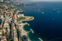 Iate no porto Mônaco Monte - a foto do verão do zangão de riviera da cidade de Carlo fotos de stock royalty free