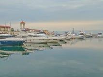 Iate no porto marítimo de Sochi em um dia nebuloso fotografia de stock