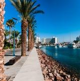 Iate no porto perto dos hotéis Imagens de Stock