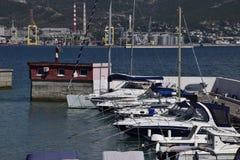 iate no yacht club Iate que navegam entusiastas do mergulho Porto de Novorossiysk Fotos de Stock