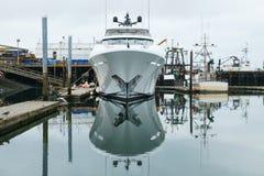 Iate novo no porto Fotografia de Stock