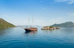Iate perto de uma ilha pequena Imagem de Stock