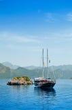 Iate perto de uma ilha pequena Fotos de Stock Royalty Free