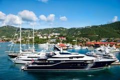 Iate preto bonito em St Thomas, EUA imagens de stock royalty free