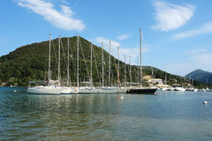 Iate preto e branco em Grécia Imagem de Stock Royalty Free