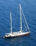 Iate que cruza no mar Fotografia de Stock Royalty Free