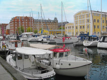 Iate que flutuam em um canal em Copenhaga Foto de Stock
