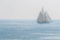 Iate que navega o mar Fotografia de Stock Royalty Free