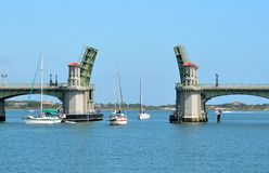 Iate que navegam através da ponte Foto de Stock Royalty Free