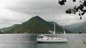 Iate vazio grande branco ancorado na baía de Montenegro filme