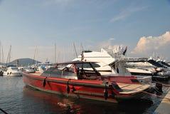 Iate vermelho luxuoso no porto de St Tropez Fotografia de Stock
