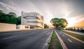 Iberê卡马戈由日落的基础大厦 免版税库存照片
