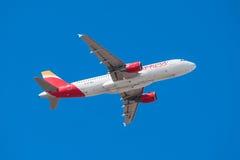 Iberia Airbus 320 sta decollando dall'aeroporto del sud di Tenerife il 13 gennaio 2016 Fotografia Stock Libera da Diritti