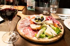 iberico冷盘的各种各样的类型服务,乳酪,橄榄色 图库摄影