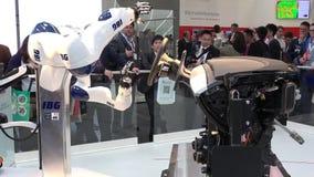 IBG представляя робот и человеческое сотрудничество на ярмарке в Ганновере, Германии Messe сток-видео
