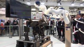 IBG que apresenta o robô e a colaboração humana na feira de Messe em Hannover, Alemanha vídeos de arquivo