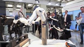 IBG que apresenta o robô e a colaboração humana na feira de Messe em Hannover, Alemanha filme