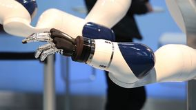 IBG que apresenta o robô e a colaboração humana na feira de Messe em Hannover, Alemanha video estoque