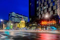 IBIS-Hotel Adelaide mit Taxis nachts Lizenzfreies Stockfoto