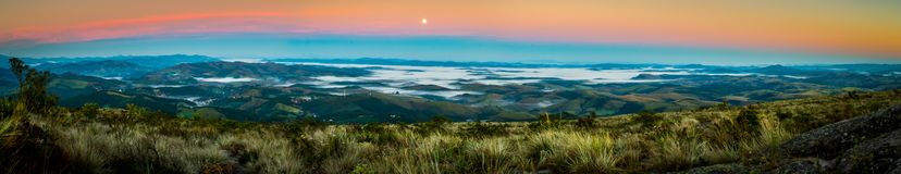 Ibitipoca nationalpark i den Brasilien sikten av staden på en morgon med fullmånen arkivbilder