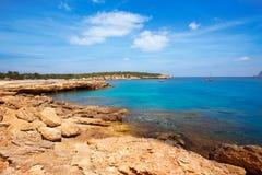 Ibiza Cala Bassa plaża z turkusowy Śródziemnomorskim Zdjęcie Stock