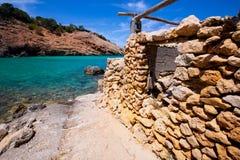 Ibiza Cala Moli strand med klart vatten i Balearics Royaltyfri Fotografi