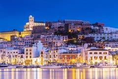 Ibiza Dalt Vila do centro na noite com reflexões claras na água, Ibiza, Espanha imagem de stock