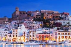 Ibiza Dalt Vila som är i stadens centrum på natten med ljusa reflexioner i vattnet, Ibiza, Spanien Arkivbilder