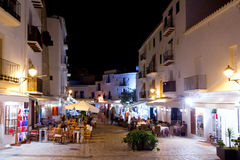 Ibiza daltvila uteliv under nattlampor arkivfoto