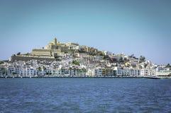 Ibiza Eivissa gammal stad med blå medelhavstadssikt Arkivfoto